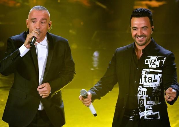 Eros-Romazzotti-Luis-Fonsi-Durante-il-duetto-Ramazzotti-perde-laudio-Festival-Sanremo69