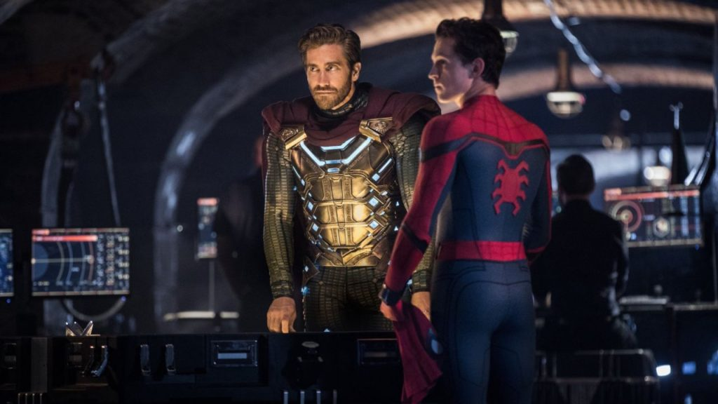 Scena-tra-Spioder-Man-con-Mysterio-Film-Spider-Man-Far-from-Home-2019-Recensione-Comparata