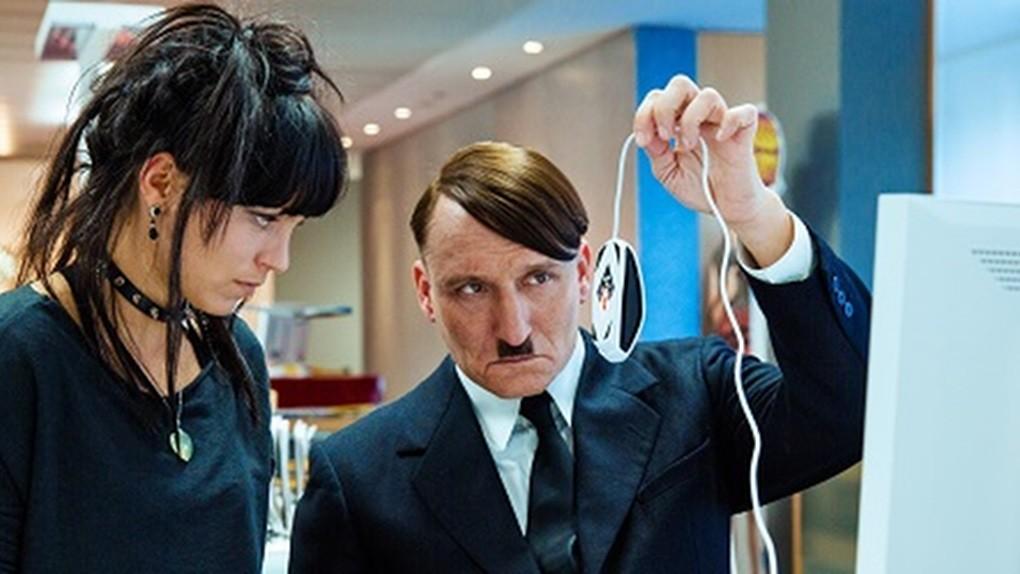 Film-Er-ist-wieder-da-Lui-è-tornato-2015-Regia-David-Wnendt-Recensione-Comparata-2019