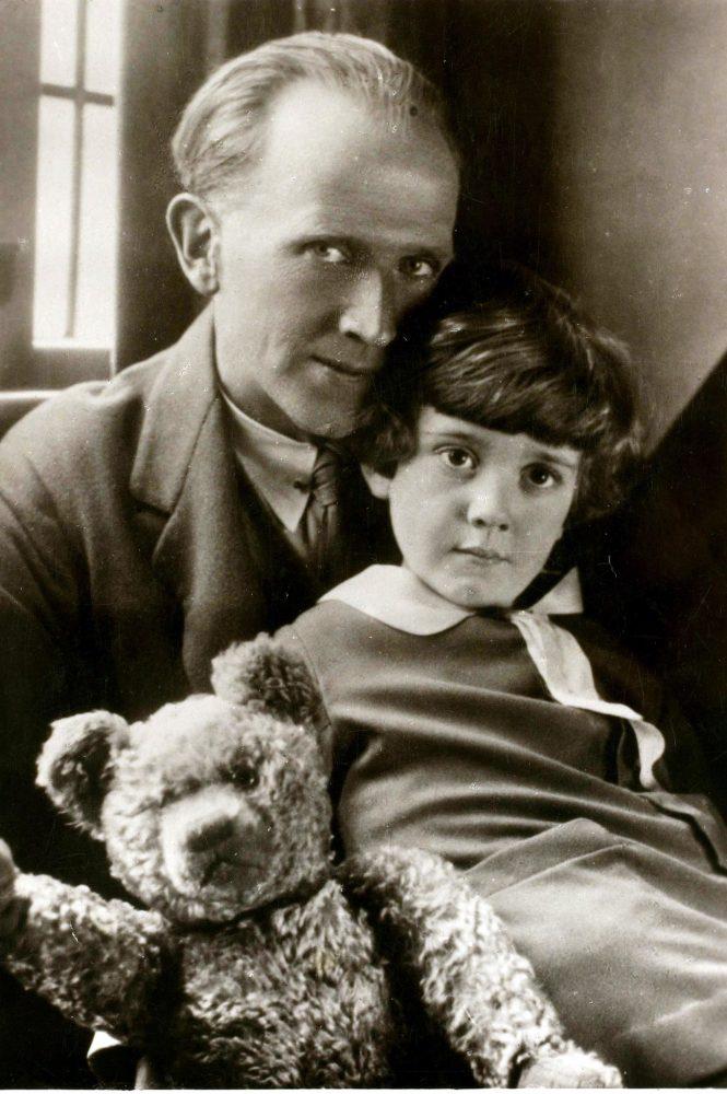Scrittore-Alan-Alexander-Milne-figlio-Christopher-e-Winnie-Pooh-1926-Recensione-Comparata-2019