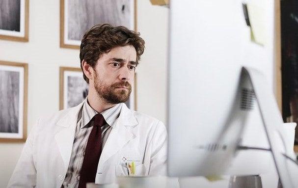 Doc-Nelle-Tue-Mani-Attore-Giovanni-Schifoni-interpreta-Enrico-Sandri-Recensione-Comparata-2020