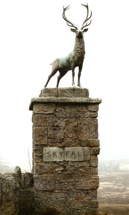 Ingresso-Villa-Skyfall-con-Cervo-Reale-Film-2012-Saga-James-Bon-Daniel-Creig