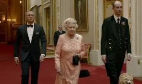 Video-Promozionale-Cerimoniale-Apertura-Olimpiadi-Londra-2012-Daniel-Craig-nei-panni-di-James-Bond-in-Skyfall-scorta-la-Regina-Elisabetta-II