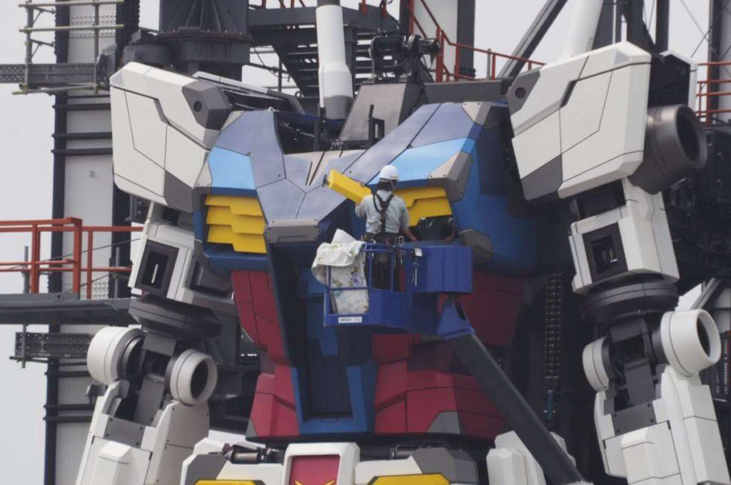 Gundam-viene-assemblato-all-aperto-da-un-tecnico