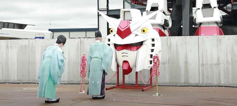 Gundam-Factory-Yokohama-I-monaci-benedicono-il-robot-umanoide-Giappone-2020