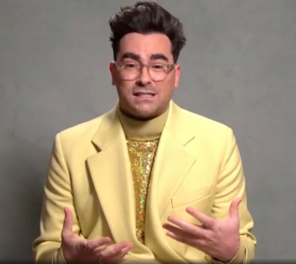 Dan-Levy-Golden-Globe-Awards-2021-Outfit-color-oro