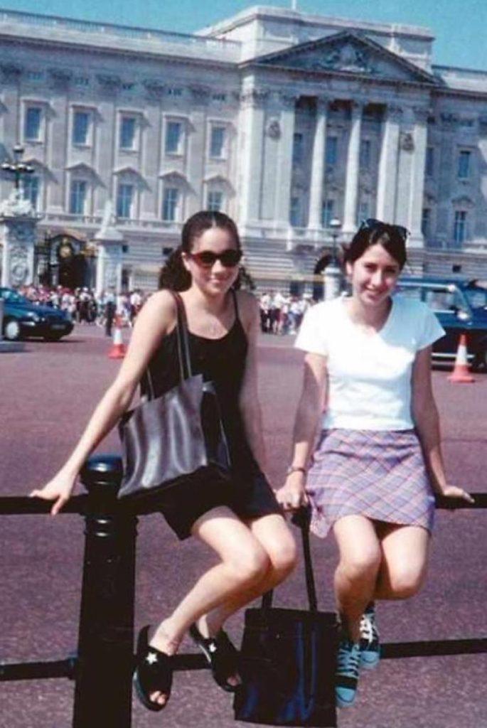 Meghan Markel e Ninaky davanti a Buckingham Palace nel 1995