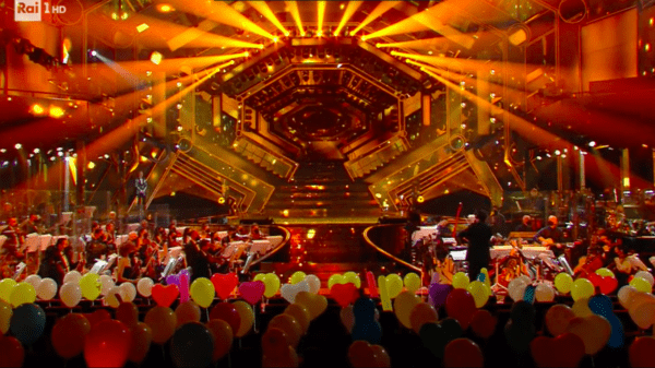 Sanremo-2021-Speciale-Scenografia-bellissima-orchestra-meravigliosa-e-pubblico-speciale-all'-Ariston